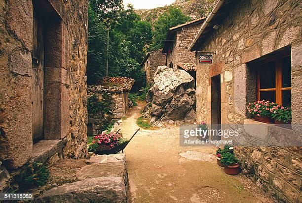 street in bulnes - principado de asturias fotografías e imágenes de stock