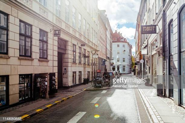 street in copenhagen on a sunny day, denmark - ensolarado - fotografias e filmes do acervo