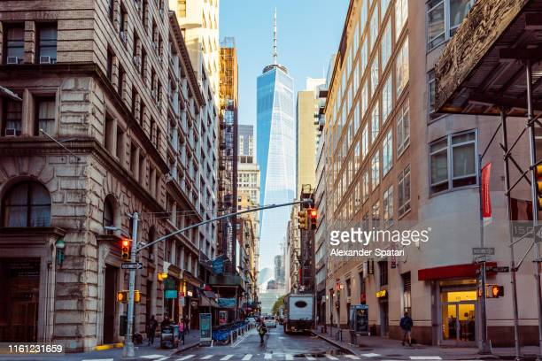 street in downtown manhattan with one world trade center in the center, new york, usa - centro della città foto e immagini stock