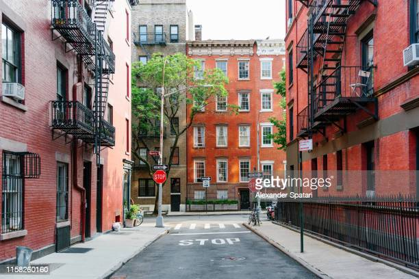 street in greenwich village, new york city, usa - stadsstraat stockfoto's en -beelden