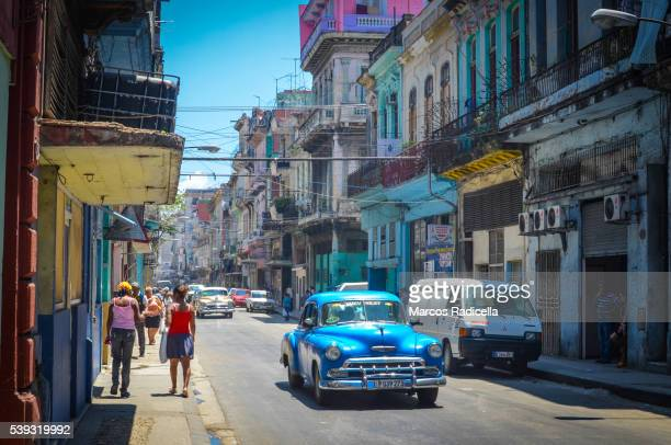 street in habana vieja, cuba. - radicella stockfoto's en -beelden