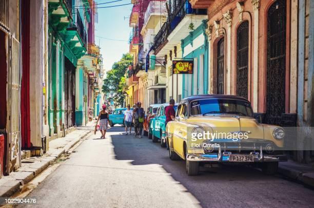 calle de la habana, cuba con coche americano vintage color - cuba fotografías e imágenes de stock