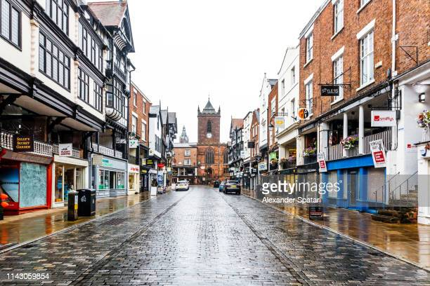 street in historical old town of chester, england, uk - groot brittannië stockfoto's en -beelden