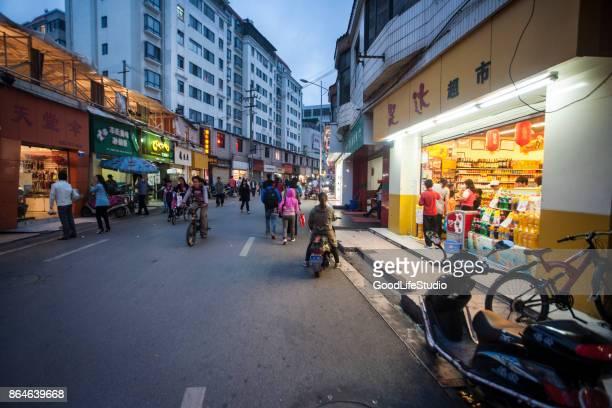 straße in kunming - kunming stock-fotos und bilder