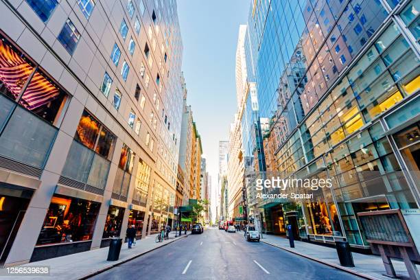 street in midtown manhattan, new york city, usa - grand angle photos et images de collection