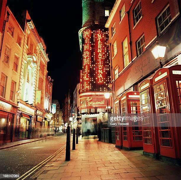 street in soho area of london at night - ロンドン ソーホー ストックフォトと画像