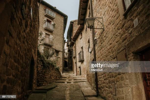 street in sos del rey católico, spain - cidade pequena imagens e fotografias de stock