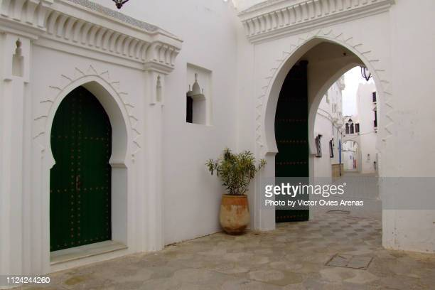 street in the old medina of asilah, morocco - victor ovies fotografías e imágenes de stock