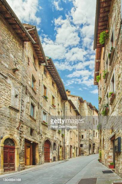 street in the old town of gubbio - umbria, italy - gubbio stock pictures, royalty-free photos & images