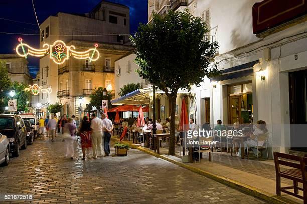 street in the old town section of tarifa in spain - distrito histórico fotografías e imágenes de stock