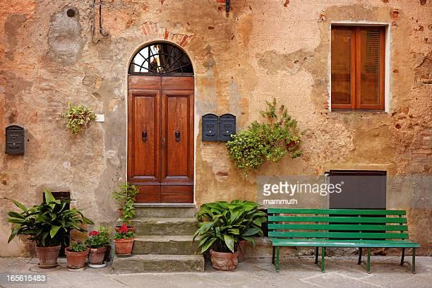 通りのトスカーナ - イタリア文化 ストックフォトと画像