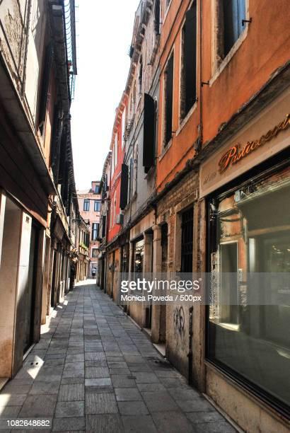 street in venezia - monica prieto fotografías e imágenes de stock