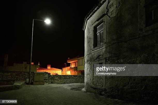 street lamp and old house in alacati - emreturanphoto stockfoto's en -beelden