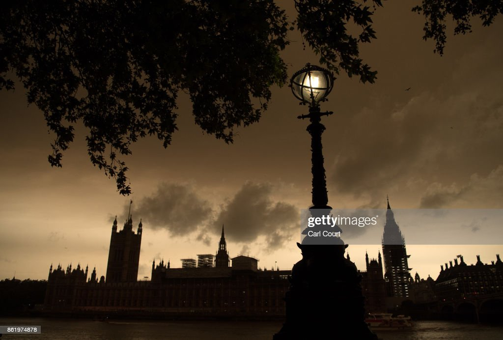A street lamp is lit opposite the Houses of Parliament during a reddish sky caused by remnants of Hurricane Ophelia dragging in dust from the Sahara Desert, on October 16, 2017 in London, England. The hurricane comes exactly 30 years after the Great Storm of 1987 which killed 18 people and is estimated to have caused 1bn GBP in damage to property and infrastructure. (Photo by Carl Court/Getty Images