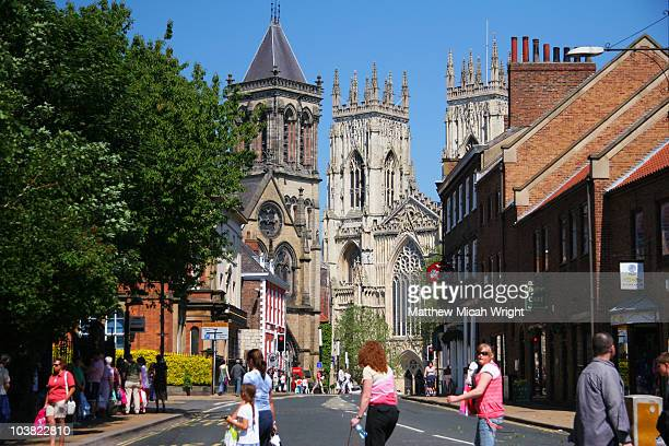street leading down to york cathedral. - york yorkshire del norte fotografías e imágenes de stock