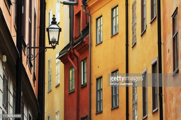 street light against traditional building gamla stan's old town - stockholm fotografías e imágenes de stock