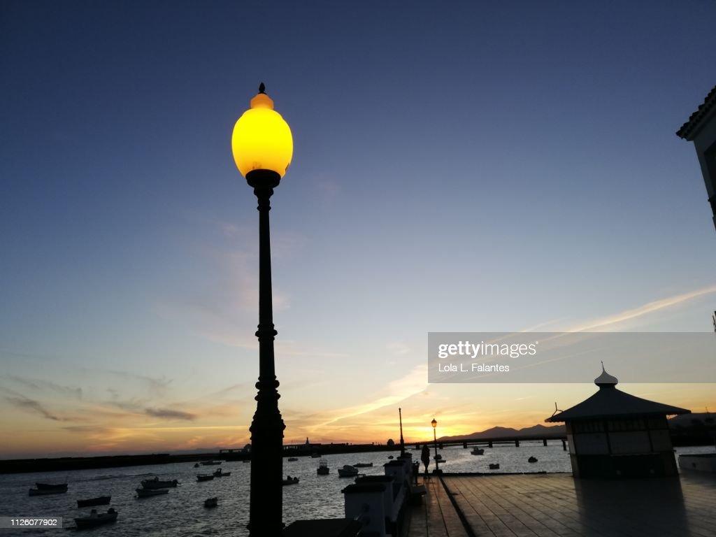 Street light at  the little dock  in Arrecife : Foto de stock