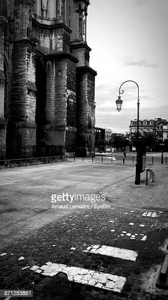 street light in front of reims cathedral - reims cathedral stock pictures, royalty-free photos & images