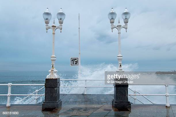 street lights in the gijon waterfront - gijon fotografías e imágenes de stock