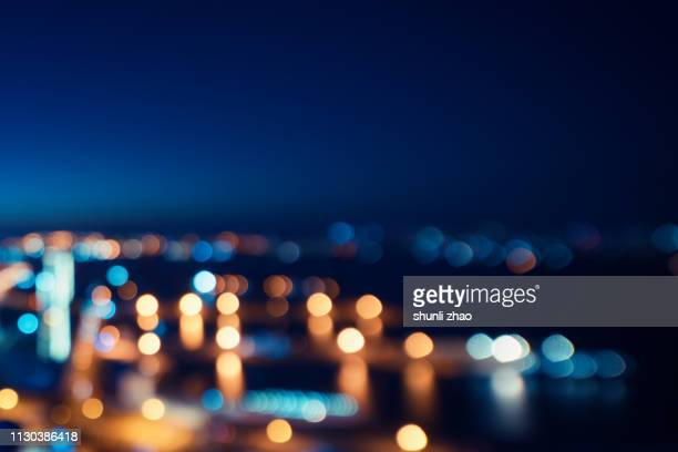 street lights of urban city street at night - immagine mossa foto e immagini stock