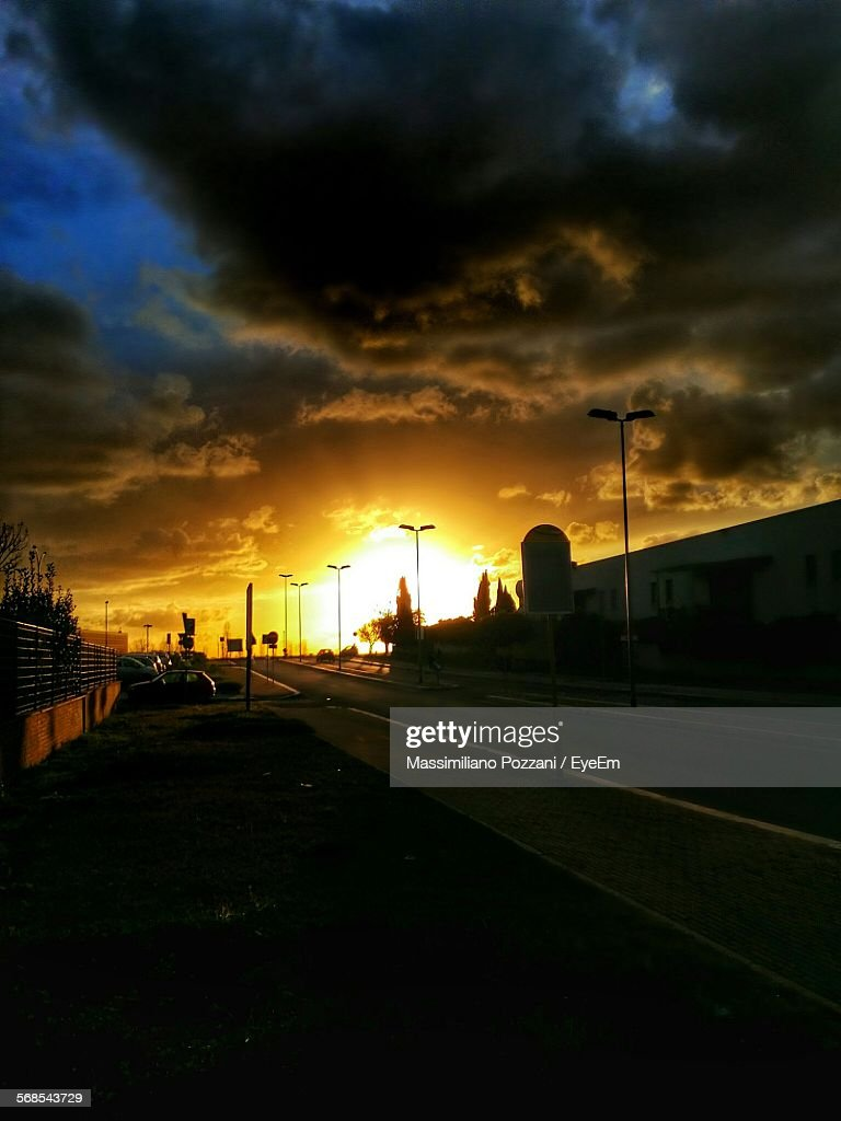 Street Lights On Road Against Cloudy Sky During Sunset : Foto de stock