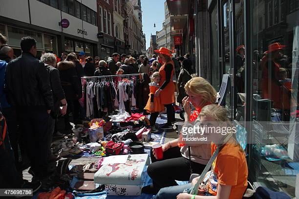 mercado de calle en koningsdag en haarlem - haarlem fotografías e imágenes de stock
