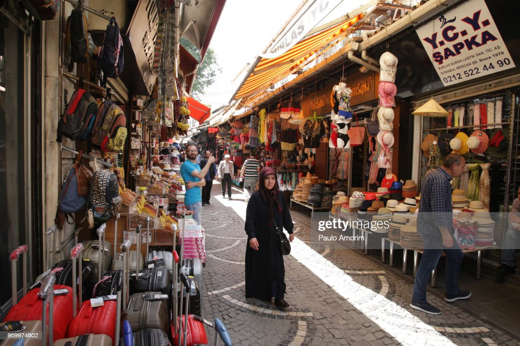 Street Market in Historical Neighbourhood of Istanbul : Stock-Foto