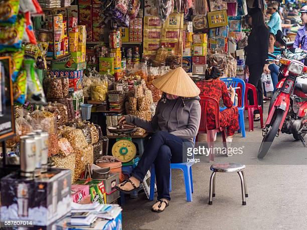 street market in ho chi minh, vietnam - vietnamese cultuur stockfoto's en -beelden