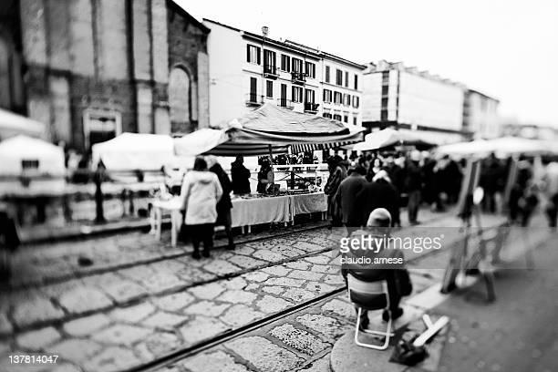 mercato di strada-milano. bianco e nero - navigli milano foto e immagini stock