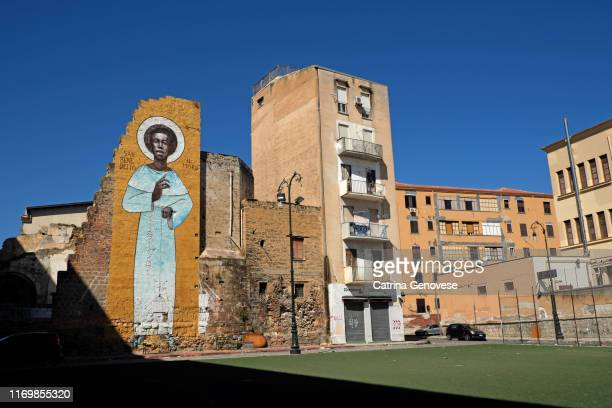 """street mural depicting the saint """"san benedetto""""  on the side of a residential building - benedetto photos et images de collection"""