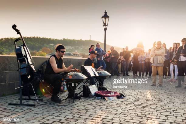 banda de música de rua tocando na ponte carlos em praga - arte, cultura e espetáculo - fotografias e filmes do acervo