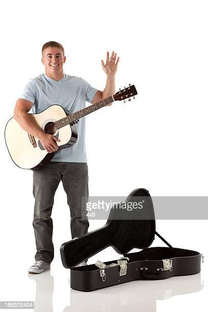 Straßenmusiker spielen eine Gitarre