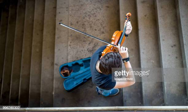 street musician playing violin - violin stock pictures, royalty-free photos & images