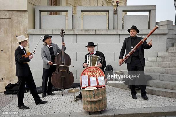 straßenmusikanten im hradschin-platz in prag - oboe stock-fotos und bilder