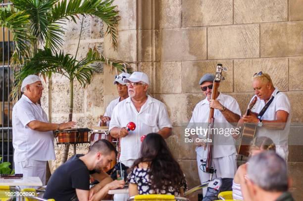 músicos callejeros en la habana vieja, cuba - cuba fotografías e imágenes de stock