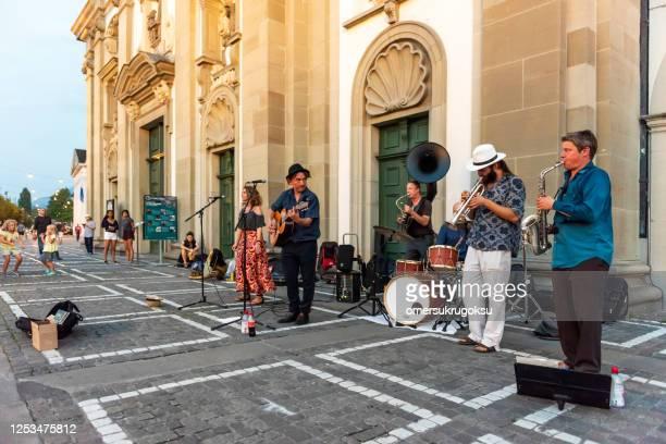 スイス、ルツェルンのイエズス会教会の前で演奏するストリートミュージシャン - ブラスバンド ストックフォトと画像