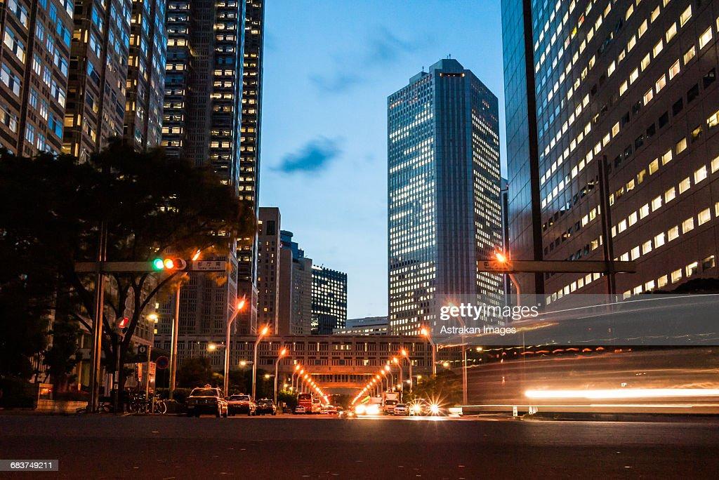 Street near Tokyo Metropolitan Government building in Shinjuku, Japan : ストックフォト