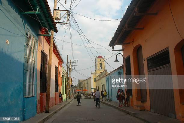 street of camaguey cuba - personne humaine stock-fotos und bilder