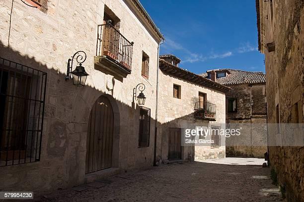 street of pedraza, segovia, castilla y leon. - arte ストックフォトと画像