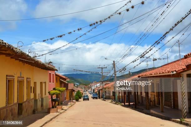 street of samaipata bolivia - bolivia fotografías e imágenes de stock