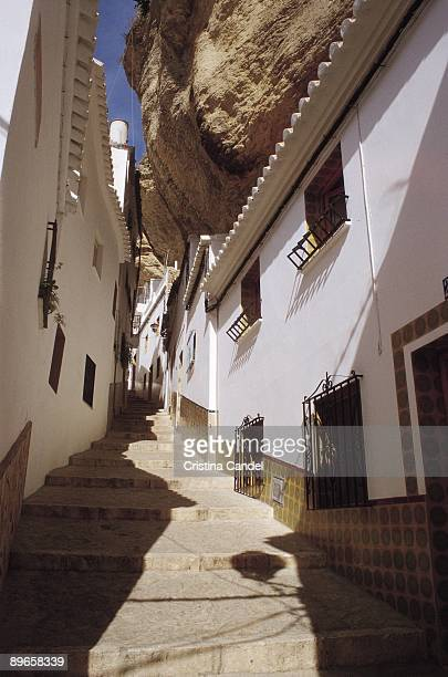 street of setenil de las bodegas, cadiz street of the village nailed in the mountain - setenil de las bodegas stock-fotos und bilder