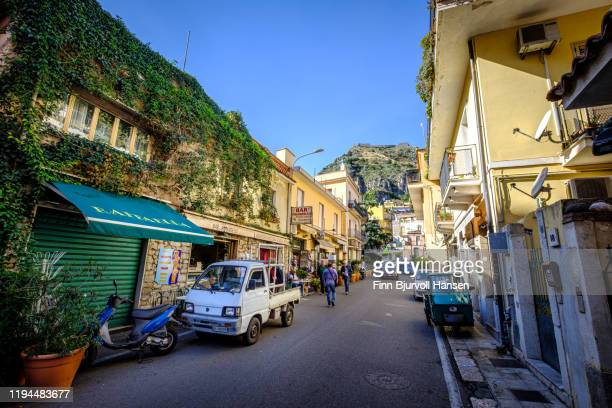 street outside the main gate of taormina sicily - finn bjurvoll stock pictures, royalty-free photos & images