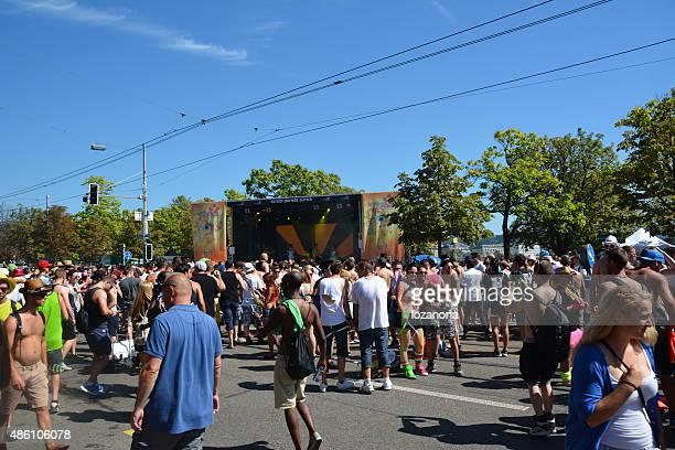 street parade 2015 teilnehmer auf die allgemeine guisan street - paraden stock-fotos und bilder