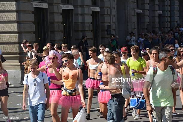 street parade 2015 party in zürich, schweiz - paraden stock-fotos und bilder