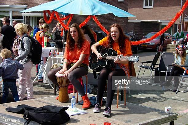 キングストリートパーティーでの偉業 - オランダ 王の日 ストックフォトと画像