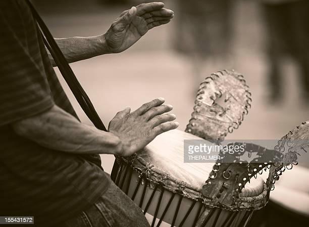 Rue africaine percussionist jouant de tambour