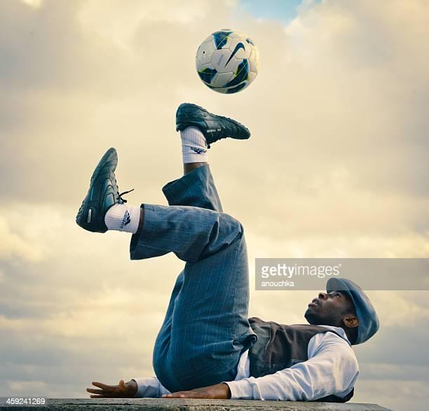 street performer playing with soccer ball at montmartre, paris - jongleren stockfoto's en -beelden