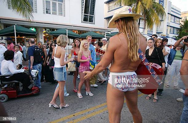 Street performer Robert Burck of Cincinnati Ohio works a crowd of women attending the annual South Beach Art Deco fair in Miami Beach Florida 17...