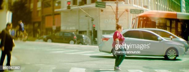fotografia de rua documentando de forma artística o cotidiano urbano na cidade de são paulo, brasil. foco seletivo. lente especial, grande abertura e tilt-shift construída pelo fotógrafo. - alto contraste - fotografias e filmes do acervo