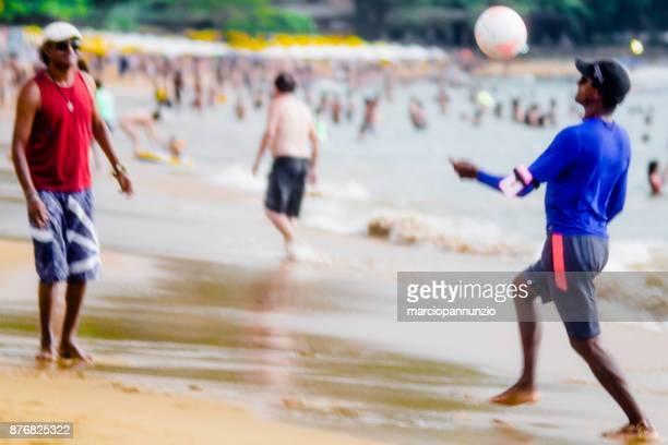 イリャベラにある、ブラジルのビーチの毎日の生活を記録する通りの写真。